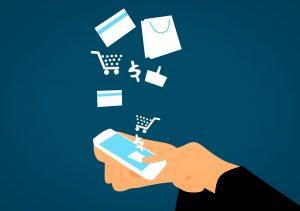 Gezeichnete Hand hält ein Handy. Über dem Smart-Phone tauchen Shopping-Symbole auf